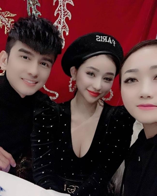 Vợ cũ Hồ Quang Hiếu có nhiều mối quan hệ với nghệ sĩ trong showbiz. Ivy Lê từng nhận được thư mời tham gia một buổi tiệc của gia đình ca sĩ Đan Trường.
