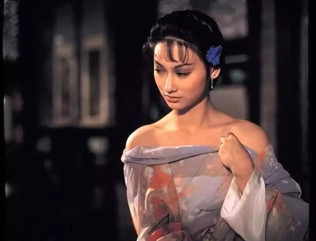 """Sau thành công của bộ phim """"Trường bối"""", nữ diễn viên xuất sắc đăng quang Ảnh hậu Kim Tượng. Về sau, người đẹp sinh năm 1960 còn lập kỳ tích với hai tác phẩm là """"Tâm ma"""", """"May mắn là tôi""""."""