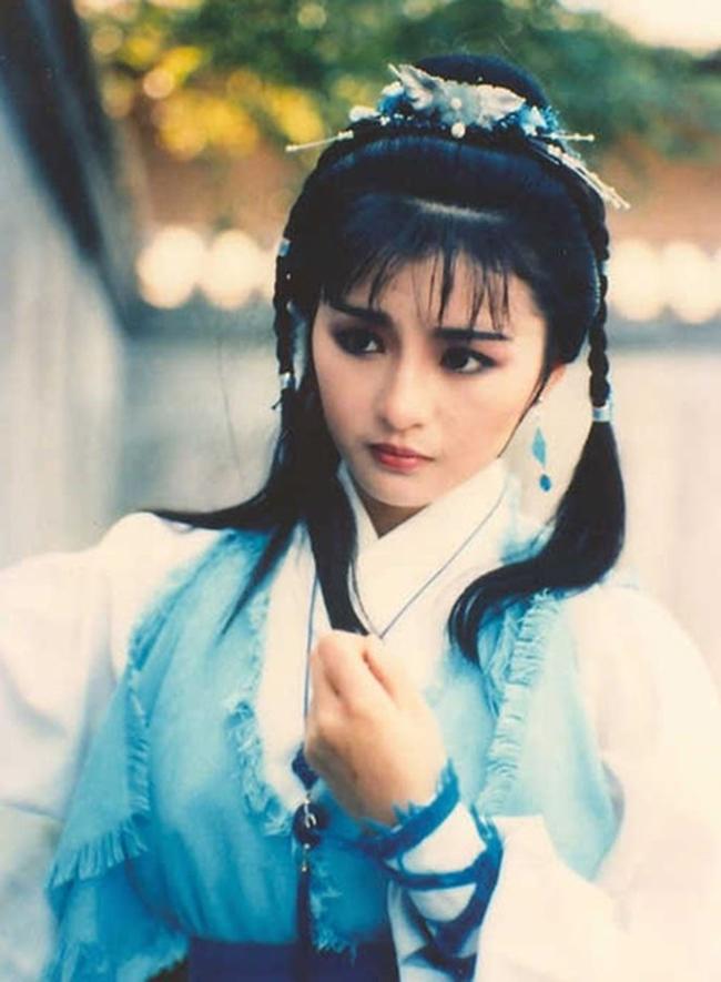 """Ngoài ra, cô còn tham gia bộ phim """"Việt nữ kiếm"""" được chuyển thể từ truyện ngắn cùng tên của cố nhà văn Kim Dung. Do bộ phim chỉ có một phiên bản duy nhất (phát hành năm 1986), Lý Tái Phụng là người đẹp duy nhất bước ra từ tác phẩm của Kim Dung được """"ưu ái"""" nhất vì không có nhiều phiên bản để so sánh."""