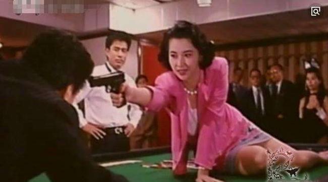 """Hồ Tuệ Trung sinh ra ở Đài Long nhưng danh tiếng của cô chỉ thực sự nổi tiếng sau khi đến Hong Kong đóng phim. Người đẹp được liệt vào hàng ngũ đả nữ màn bạc với sự thành công của bộ phim """"Bá vương hoa"""". Ngoài ra, cô còn có nhiều bộ phim xuất sắc khác như """"Đàm phán Trùng Khánh"""", """"Lương Sơn Bá Chúc Anh Đài tân truyện"""", """"Trung Hoa cảnh hoa""""."""