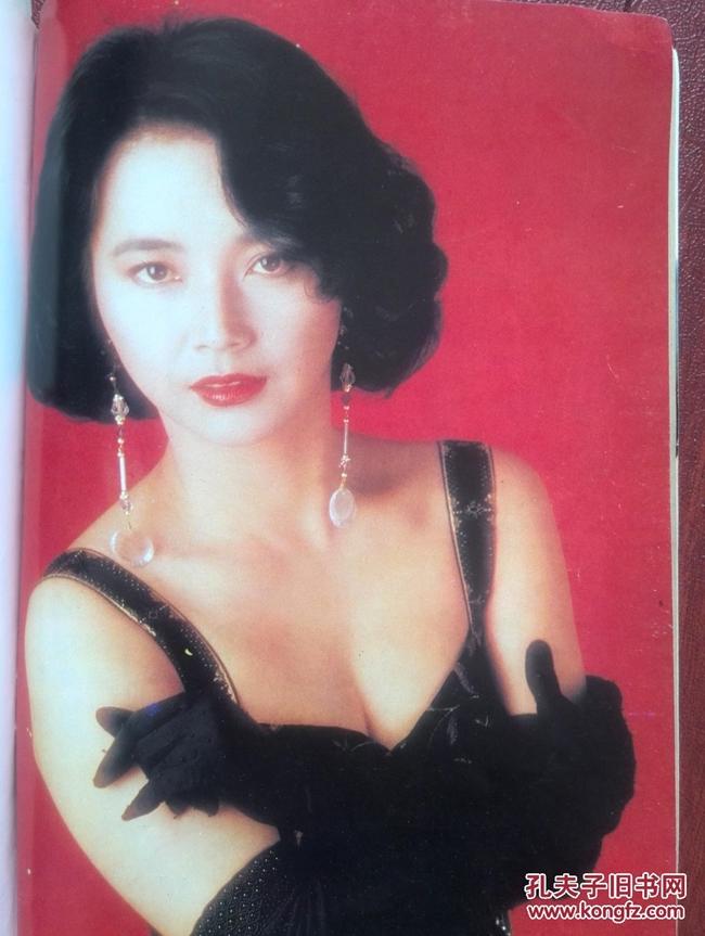 """Năm 1996, người đẹp họ Hồ rút lui khỏi làng giải trí sau khi đóng máy phim """"Thái cực quyền"""". 18 năm sau, cô mới trở lại với bộ phim """"Tôi là ngôi sao"""" (2014) của Hồng Kim Bảo."""