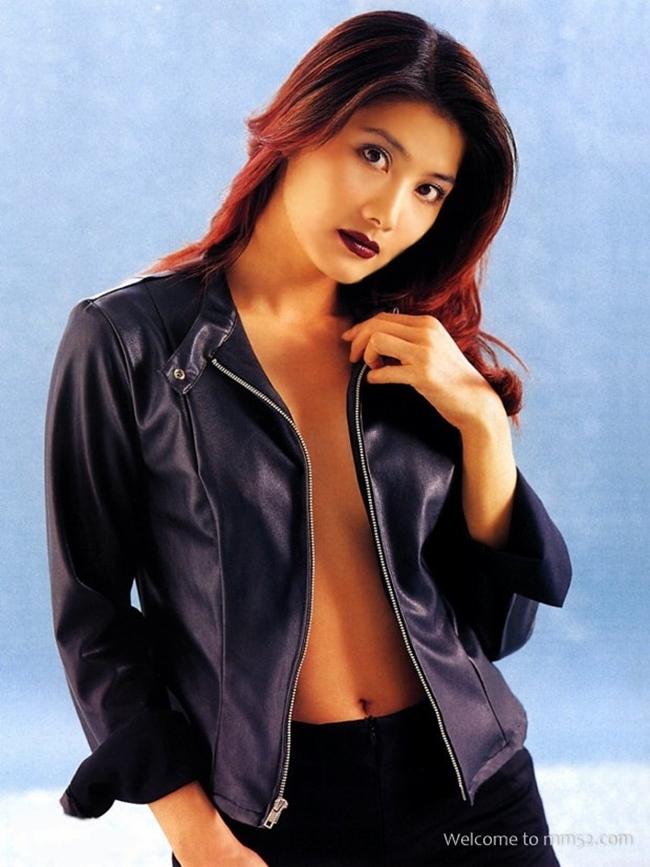 """Dương Lệ Thanh là đả nữ gợi cảm nhất màn ảnh Hong Kong. Cô khởi đầu sự nghiệpvới tác phẩm """"Hoàng Gia sư tỷ 3: Thư hùng đại đạo"""" năm 1988."""