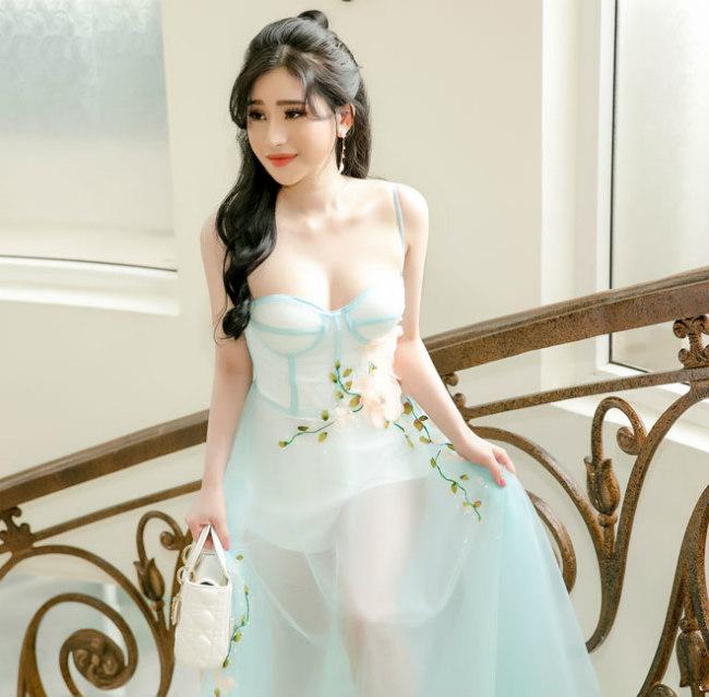Hot girl Ivy Le- vợ cũ của nam ca sĩ Hồ Quang Hiếu cũngdiện váy màu xanh có chất liệu xuyên thấu, với những đường may cắt cúp tinh tế, khéo khoe đường cong hình thể.