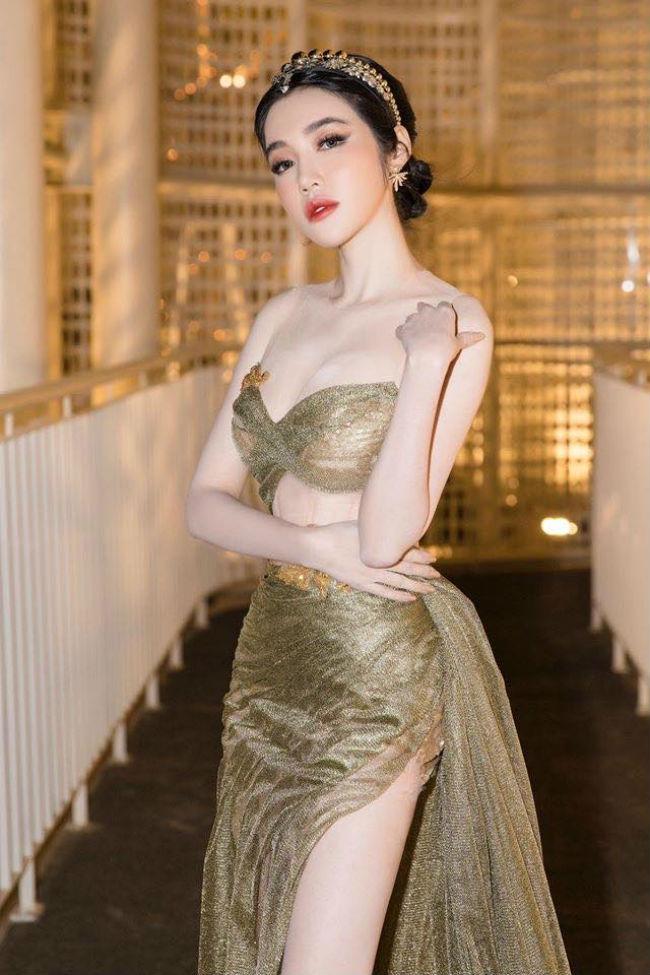 Elly Trần thường xuyên diện kiểu váy gây mê này.