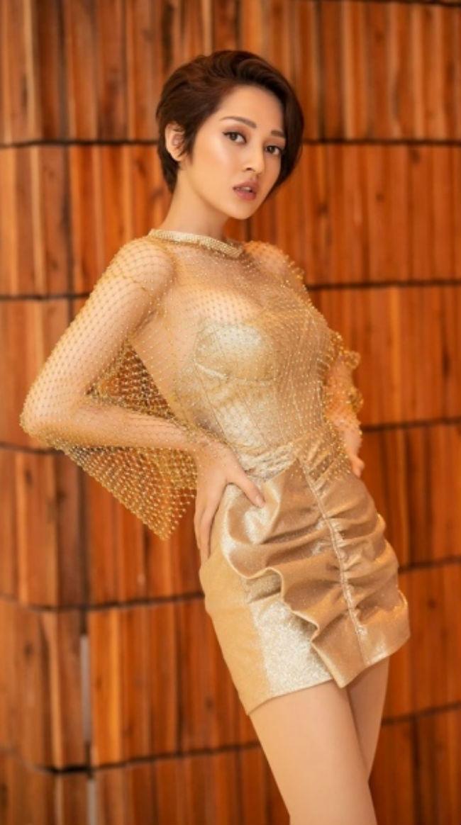 Là một người theo đuổi phong cách sexy, Bảo Anh không thể bỏ qua thời trang khoe hình thể này.
