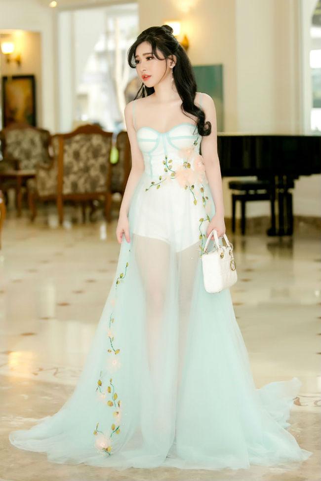 Cô thường trung thành với kiểu váy xuyên thấu táo bạo để tôn hình thể 3 vòng và làn da trắng như bông bưởi.