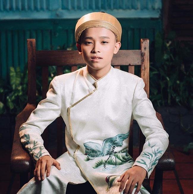 Ở tuổi 16, Hồ Văn Cường gây lạ lẫm với trang phục vest hay thời trang đời thường sành điệu. Nhiều ý kiến cho rằng chính môi trường showbiz đã khiến ca sĩ 16 tuổi mất đi sự chất phác, giản dị vốn có.