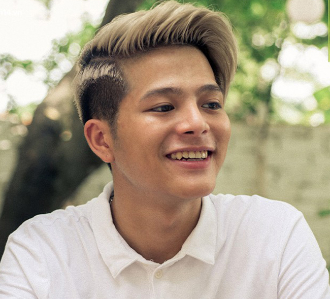 Khác với vẻ tinh nghịch, lém lỉnh lúc đi thi, chàng trai 18 tuổi gây ấn tượng với phong cách bụi bặm, cá tính. Thậm chí, phong cách của Quang Anh gây ra không ít tranh cãi khi dư luận cho rằng cách ăn mặc, tóc tai... của cậu không phù hợp vì quá người lớn.