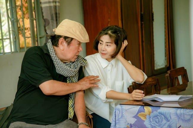Với ý chí và niềm đam mê với nghề, dù sức khỏe chưa mấy ổn định, Mai Phương vẫn tự lái xe máy đến phim trường cách nhà đến 60km mỗi ngày để tham gia phim.