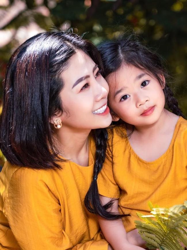 Mai Phương và diễn viên Phùng Ngọc Huy từng có quan hệ tình cảm, sau khi nam diễn viên sang Mỹ định cư, Mai Phương một mình nuôi con gái, mạnh mẽ chọn cuộc sống làm mẹ đơn thân.