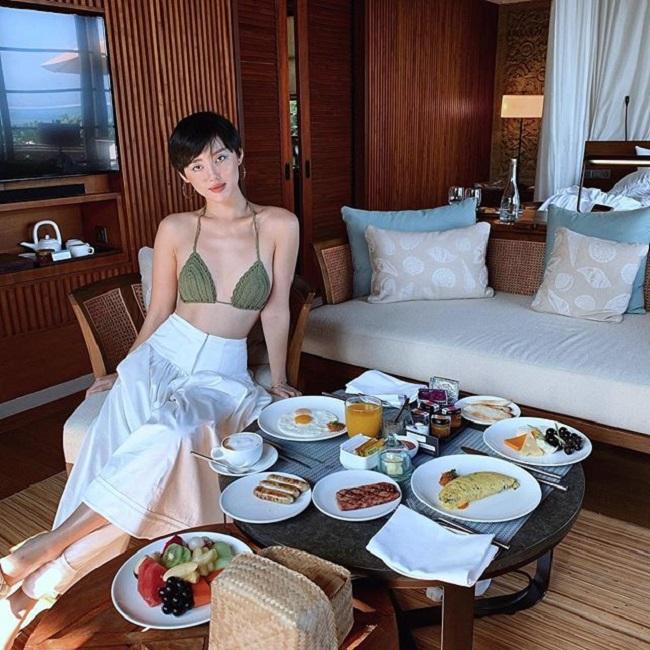 Cũng trong chuyến đi đầu xuân ở Bali (Indonesia), Khánh Linh còn dùng 2 bộ áo tắm khác. Một là thiết kế bằng len nhỏ xíu, dù đã hot từ mấy năm trước nhưng vẫn giúp cô nàng gây chú ý.