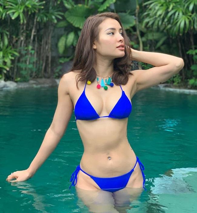 Một người đẹp khác cũng đang có mặt ở Bali là Phương Trinh Jolie. Cô nàng tiếp tục lăng xê mốt áo tắm nhỏ xíu dây mảnh đang hot từ năm 2019.