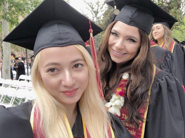 Xuân Nghi cũng đã hoàn thành việc học, tốt nghiệptrường University of Southern California (Đại học Nam California).