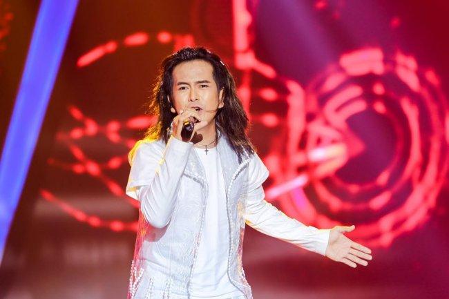 Xuất thân từ gia đình có truyền thống làm nghệ thuật, ngoài diễn xuất, Hùng Thuận còn chứng minh năng khiếu khi lấn sân sang lĩnh vực âm nhạc. Anh từng tham gia 2 nhóm nhạc Nhật Thực và MBK nhưng không lâu sau đã tách ra solo.