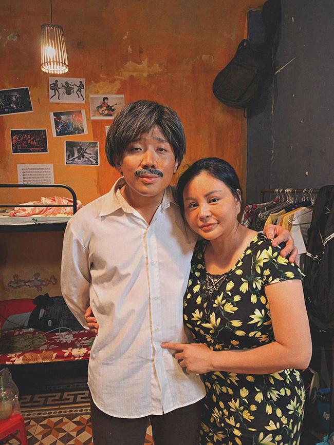 Trong phim, Lê Giang và Trấn Thành đóng vai vợ chồng, khắc khẩu nhưng thực sự yêu thương nhau. Mặc dù ngoài đời Trấn Thành kém Lê Giang 15 tuổi nhưng sau khi hóa trang, hai diễn viên vẫn được nhận xét kết hợp ăn ý.
