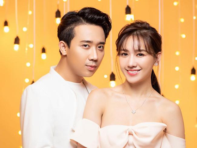 """Ngoài hai người vợ """"hờ"""" trên màn ảnh, Hari Won chính là cô vợ ngoài đời thực của Trấn Thành. Sau hơn 3 năm kết hôn, cặp đôi biết cách gìn giữ mối quan hệ tốt đẹp, được fan ủng hộ hết mình."""