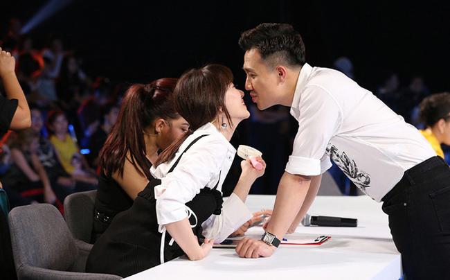 Trấn Thành không ít lần thể hiện tình cảm ngọt ngào dành cho bà xã trong hậu trường các buổi ghi hình game show.