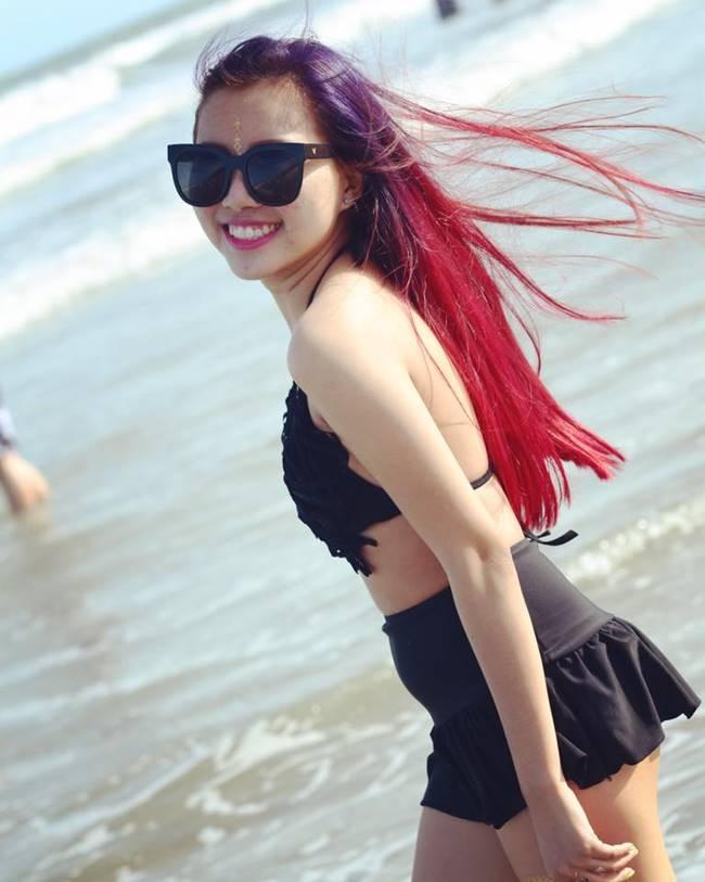Phương Mỹ Chi đã từng đăng tải những tấm hình mặc quần ngắn, áo hở vai, hở rốn khi đi du lịch biển và bị một số người nhận xét là mặc hơi quá so với lứa tuổi của cô.