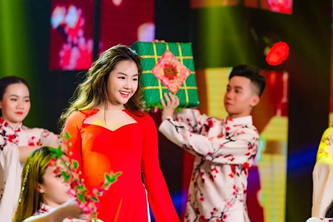 Mới đây, hình ảnh Khánh An diện áo dài trên sân khấu nhanh chóng thu hút được sự chú ý của người hâm mộ.