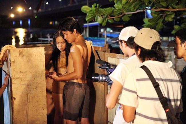 Nữ diễn viên Việt Hương khi đóng cảnh nóng đã mặc một lớp áo màu nude để tạo cảm giác chân thật.