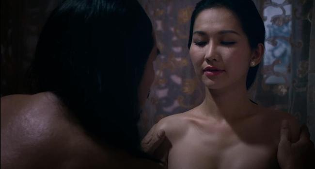 """Cảnh quay của Kim Hiền trong phim """"Mỹ nhân"""" được xử lý khéo khi nữ diễn viênmặc áo quây và chỉ lộ một phần ngực của mình. Nhờ góc máy, hình ảnh của cô hiện lại rất sexy."""