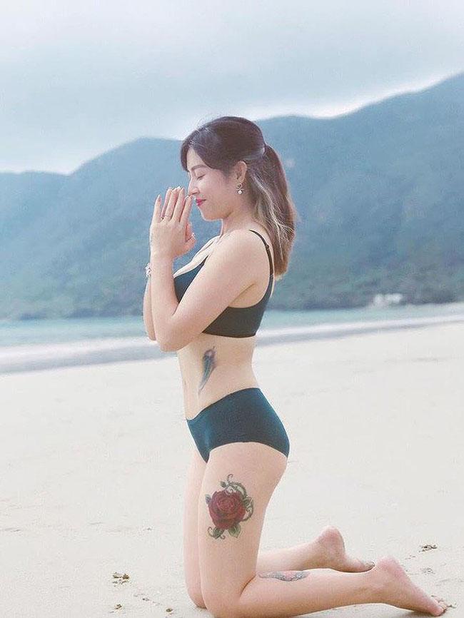 Cô còn tranh thủ tập yoga.
