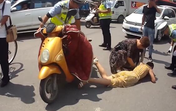 Ăn mặc rườm rà đi xe đạp, xe máy nhiều cô gái rơi vào tình huống nguy hiểm - 4