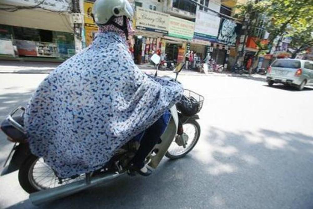Ăn mặc rườm rà đi xe đạp, xe máy nhiều cô gái rơi vào tình huống nguy hiểm - 8