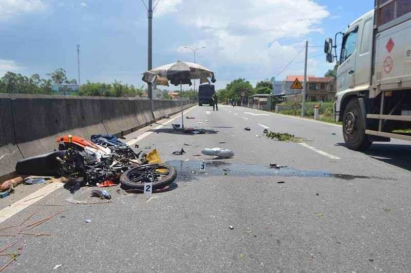 Ăn mặc rườm rà đi xe đạp, xe máy nhiều cô gái rơi vào tình huống nguy hiểm - 5