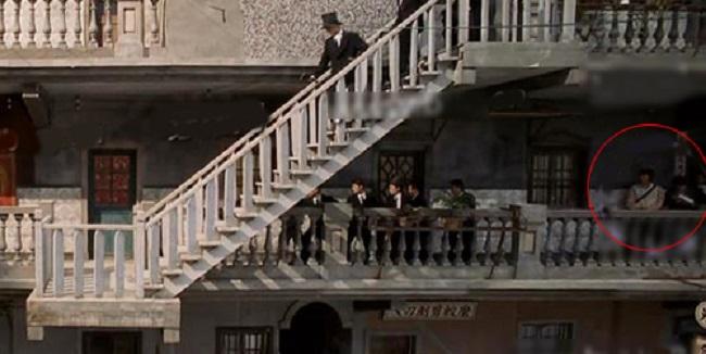 """Trong """"Tuyệt đỉnh Kungfu"""", cảnh xã hội đen kéo đến khiến ai cũng khiếp sợ nhưng không thể làm khó được... anh nhân viên hậu đài"""