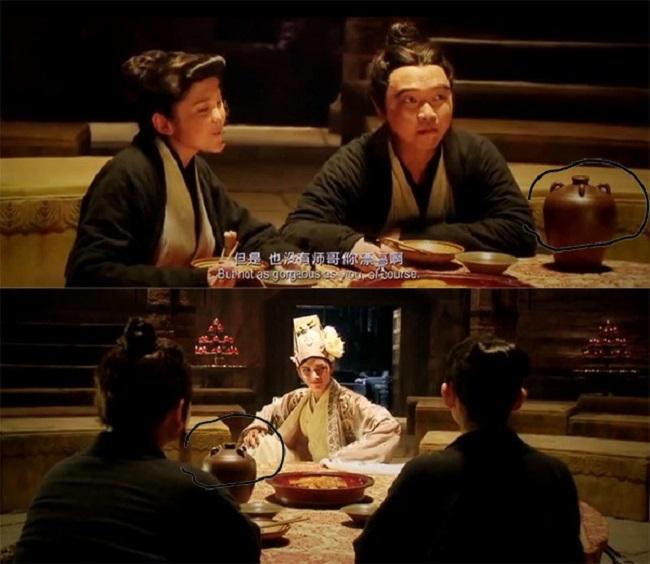 Trong cảnh ở Cao gia trang, vị trí bình rượu lúc đầu nằm cạnh người thanh niên nhưn liền sau đó bị đẩy ra giữa bàn.