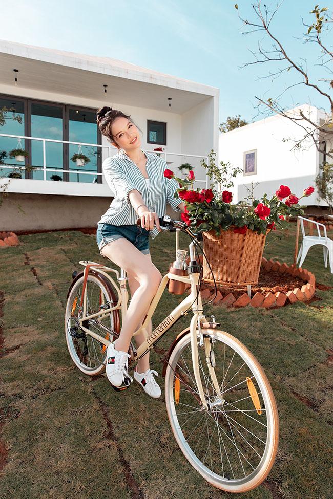 Sau 4 tháng ấp ủ, Lý Nhã Kỳ vừa chính thức khai trương resort tại Đà Lạt, Lâm Đồng. Cô chào đón khách VIP, người thân và bạn bè trong suốt 1 tuần lễ.