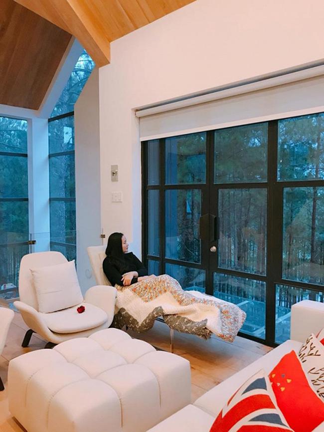 Căn hộđược thiết kế rất nhiều cửa kính để có thể ngắm không gian đồi thông lãng mạn.