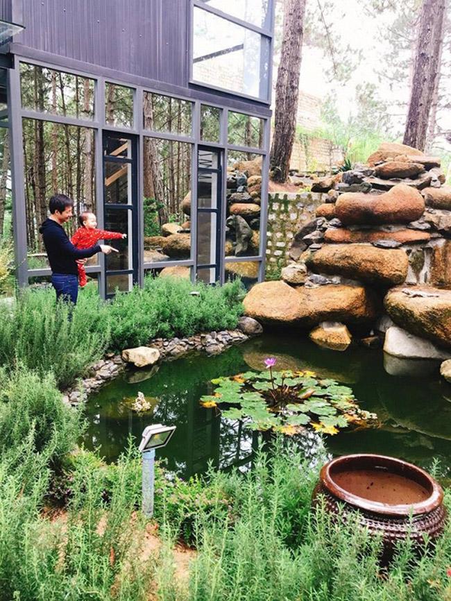 Vợ chồng Phan Như Thảo cũng bỏ ra rất nhiều tâm huyết để xây dựng khu vườn. Từ lối đi bằng đá, hoa trồng quanh khu vườn và hồ cá nhỏ đều được đại gia Đức An đầu tư không ít tiền bạc và thời gian để hoàn thiện.