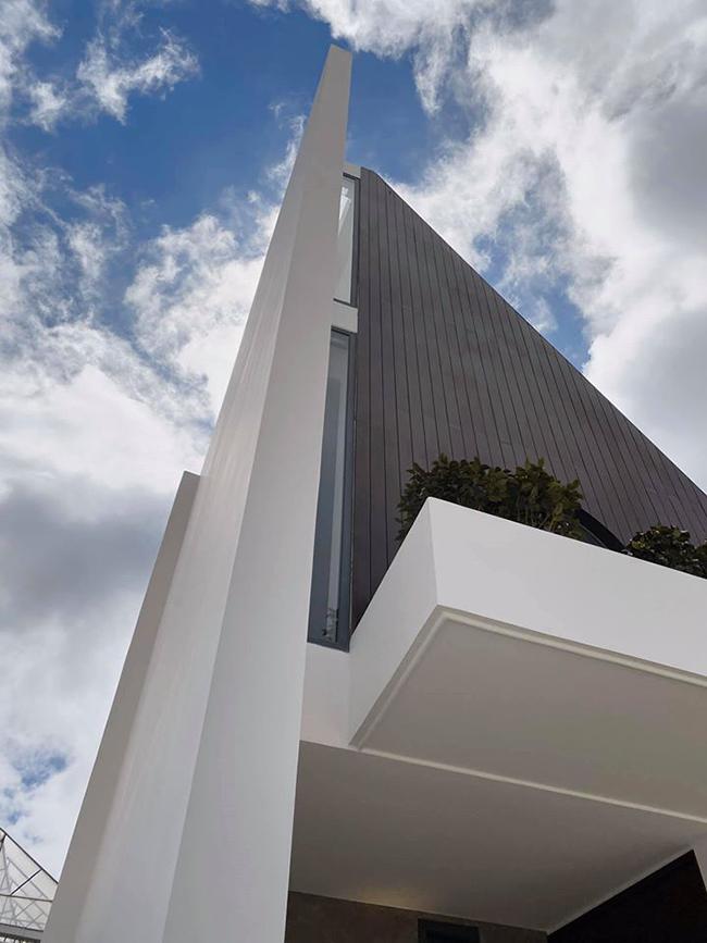Bên ngoài, biệt thự có thiết kế lạ mắt với những hình khối chồng lên nhau.