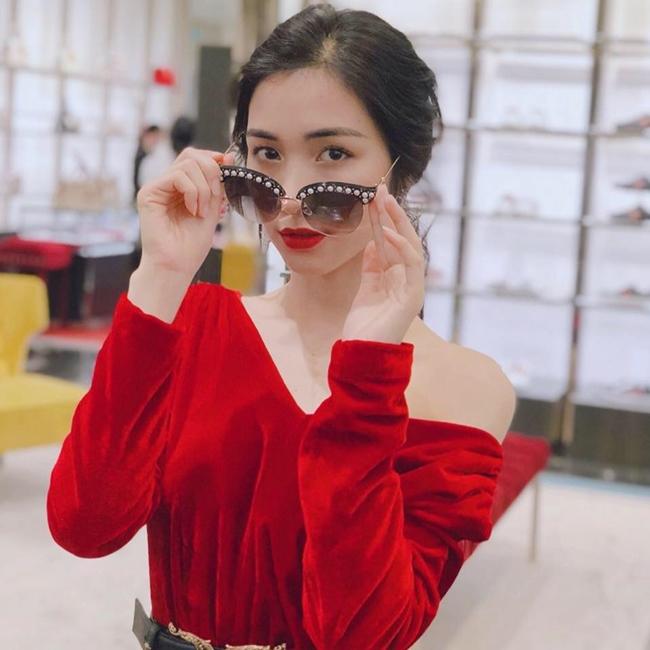 """Cách đây vài ngày, Hòa Minzy gây chú ý khi chia sẻ có thể kiếm được 500 triệu đồng chỉ trong vài ngày. Tuy nhiên, theo nữ ca sĩ, khi không show cô cũng không có thu nhập. Tiết lộ của giọng ca """"Rời bỏ"""" khiến nhiều người bất ngờ về cát-xê của cô."""