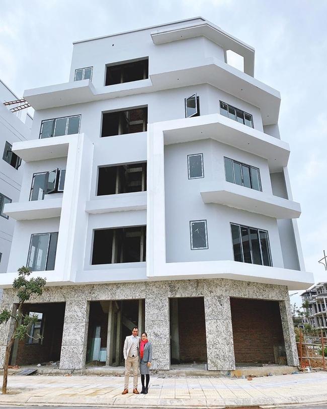 Dịp Tết Nguyên đán vừa qua, Hòa Minzy khoe căn biệt thự 5 tầng, 2 mặt tiền đang trong quá trình hoàn thiện tặng bố mẹ.