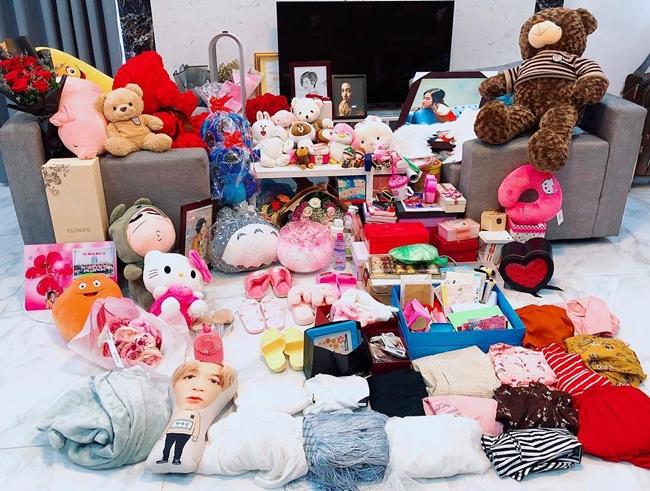 Nữ ca sĩ từng đăng tải hình ảnh phòng khách trong căn hộ riêng ngập tràn quà tặng của fan.