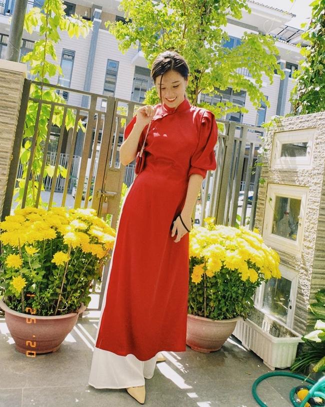 """Hoàng Yến khoe ảnh mặc áo dài đón Tết trong căn biệt thự ngập tràn hoa tươi. Trước đó, vì hiểu lầm nhiều người cho rằng Hoàng Yến Chibi có tới 5 - 6 căn hộ. Nói về điều này, nữ ca sĩ đã lên tiếng giải thích trong một bài phỏng vấn. Cô cho biết, bản thân không giàu tới mức có nhiều bất động sản như vậy: """"Tôi mua được cho mẹ căn nhà số 6 trong một khu dân cư, không hiểu """"tam sao thất bản"""" thế nào nhiều người nói tôi có đến 6 căn nhà…"""""""