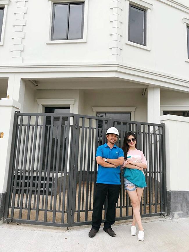 Tháng 3.2019, Hương Tràm chia sẻ hình ảnh căn biệt thự 4 tầng nằm ở Quận 2, Tp.HCM có giá khoảng 20 tỷ đồng sau 6 năm bước vào showbiz.