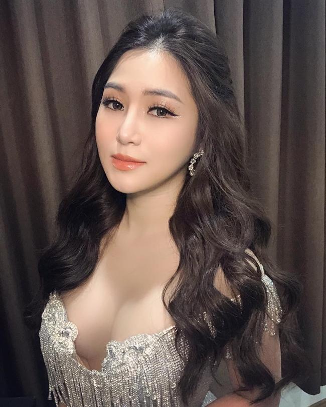 Hương Tràm nổi tiếng từ năm 17 tuổi khi giành ngôi vị Quán quân cuộc thi The Voice, trải qua nhiều thị phi, Hương Tràm đã khẳng định được tên tuổi khi trở thành một trong những ca sĩ trẻ hàng đầu Vbiz.