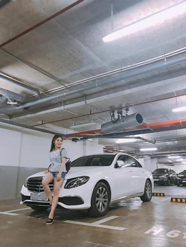 Trước khi xây biệt thự, giọng ca 25 tuổi đã sắm được xe hơi và căn hộ riêng giá 3 tỷ. Tuy nhiên, khi quyết định sang Mỹ du học, Hương Tràm đã bán nhà và xe.