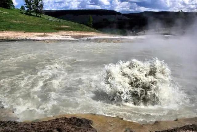 3 hồ nước khủng khiếp nhất thế giới, 1 hồ nóng quanh năm và 1 hồ giết người vô hình - 3