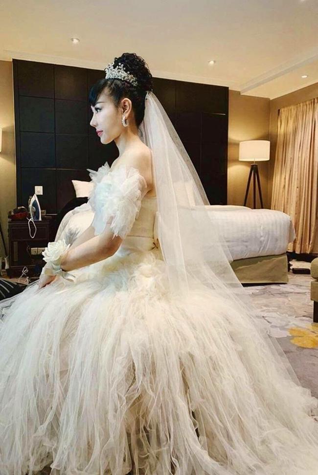 Bà xã tài tử họ Trương là người kín tiếng, thỉnh thoảng cô mới đăng ảnh cá nhân trên mạng xã hội. Nhan sắc vợ Trương Nam Thành khiến nhiều người xuýt xoa vì ở tuổi 43, cô vẫn giữ được vẻ đẹp trẻ trung.