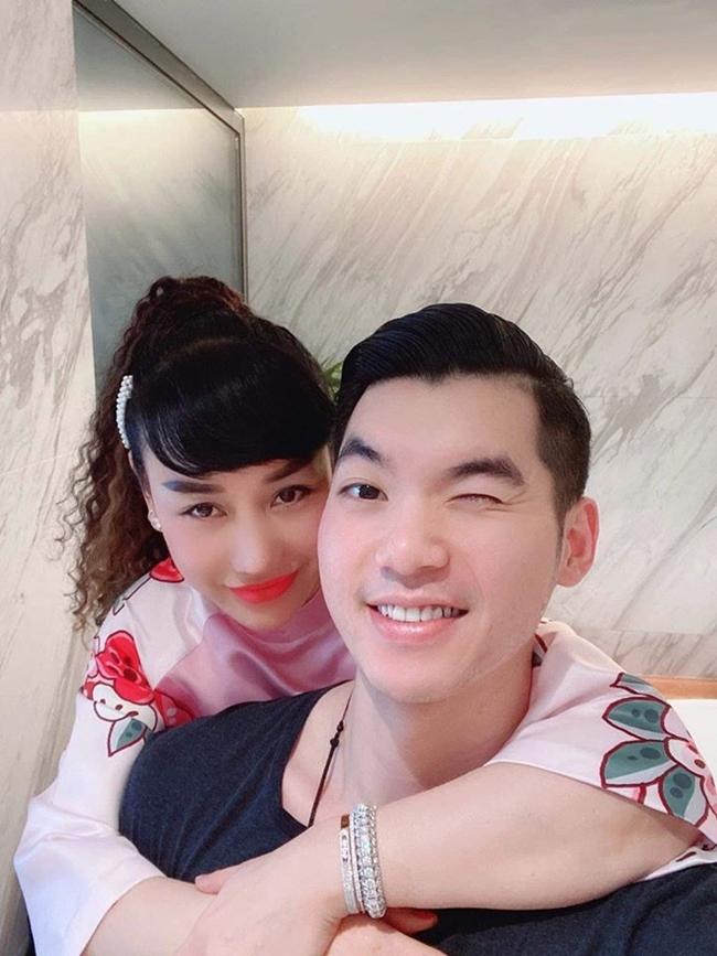 Sau khi kết hôn, Trương Nam Thành gần như rút lui khỏi làng giải trí. Đổi lại, anh tập trung kinh doanh, dành nhiều thời gian cho gia đình.