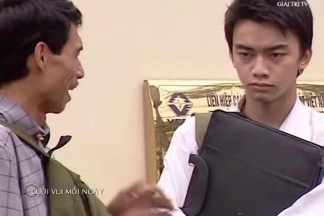 """Hình ảnh Hà Duy đóng hài với nghệ sĩ Phú Đôn. Năm 2008, Hà Duy đóng phim """"Khát vọng xanh"""". Đây là bộ phim cuối cùng của anh trước khi chuyển sang học làm phi công."""