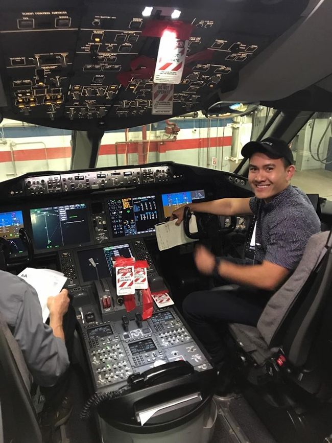 Ngoài niềm tự hào, Võ Lê Thành Vinh còn sung sướng vì được thỏa mãn sở thích du lịch khi làm việc ở đây. Anh có thể đến bất kỳ nơi đâu của hãng American Airlines mà không bị giới hạn về số lượng, lại còn được đưa ba mẹ, vợ con hoặc bạn gái đi cùng.
