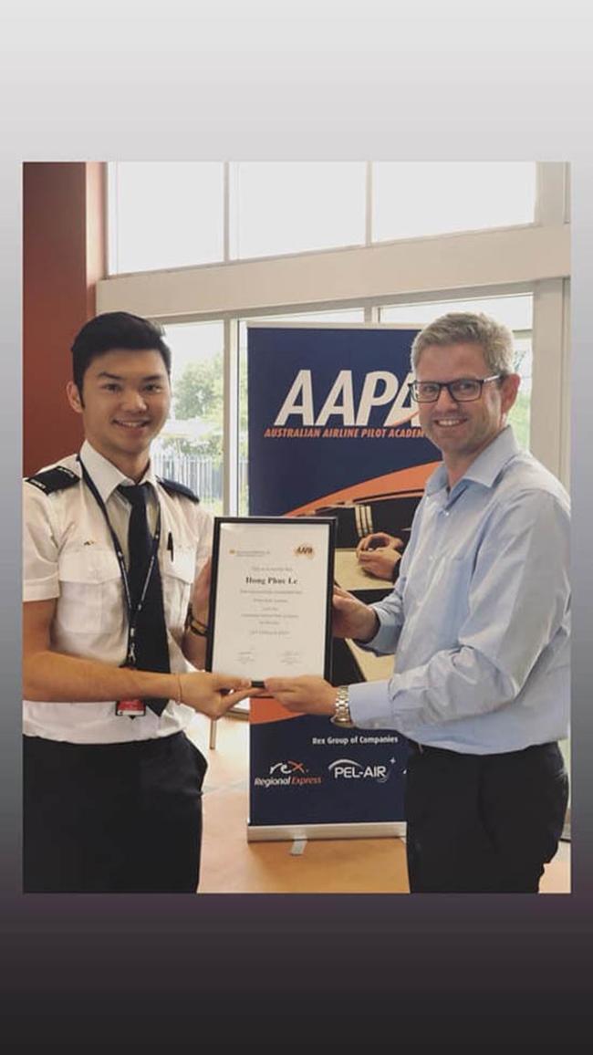 Con trai HLV Lê Huỳnh Đức đã vượt qua đợt sát hạch quan trọng trên con đường trở thành phi công thực thụ.