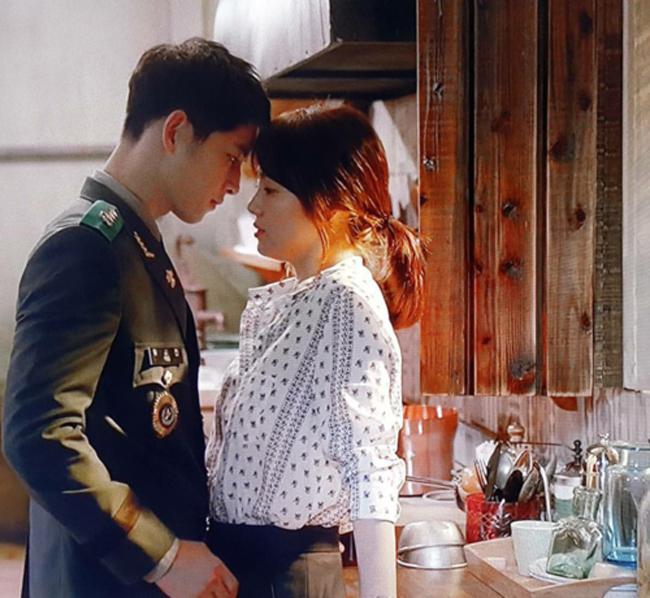 Cảnh hôn đầu tiên của Song Joong Ki và Song Hye Kyo diễn ra trong tập 4Hậu duệ mặt trời(2016) từng gây ấn tượng mạnh với người xem.