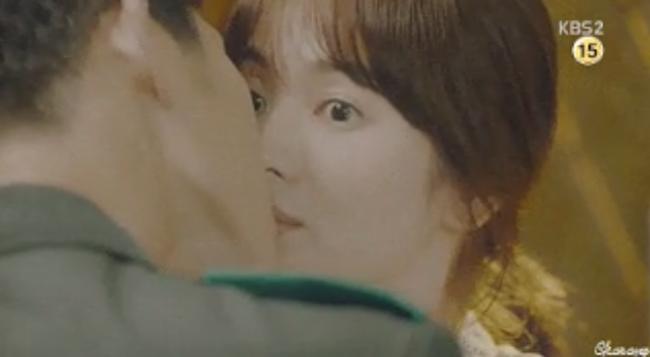 Trong hậu trường, Song Hye Kyo đứng yên để Song Joong Ki hôn đến 100 lần đủ các góc độ trong cả quá trình quay bộ phim này.